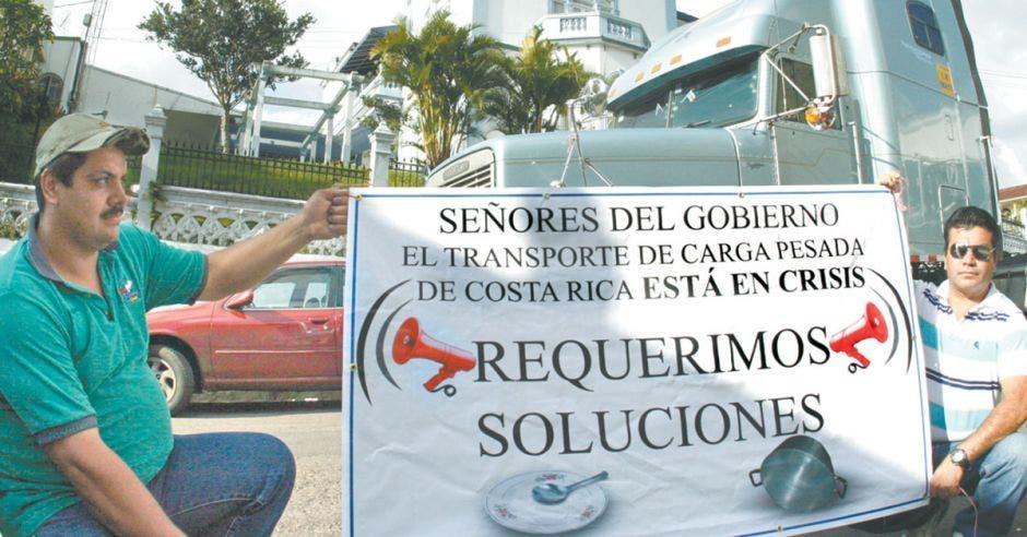 Mario Vargas y Jesús Artavia (de izquierda a derecha) fueron parte de los camioneros que protestaron contra las reformas a la Ley de Tránsito y pedían la renuncia de Karla González
