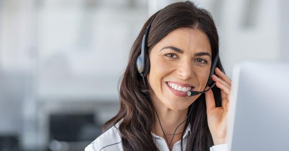 Agente de centro de llamadas con auriculares
