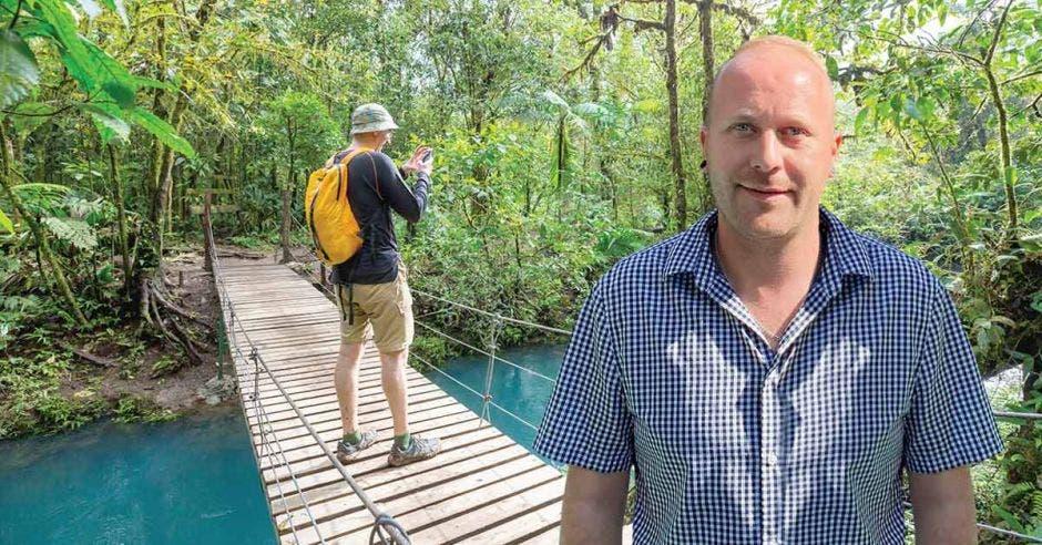 un hombre caucásico sobre un fondo de turismo natural