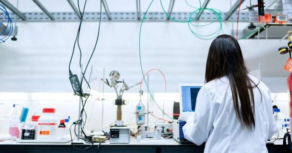 Persona en laboratorio