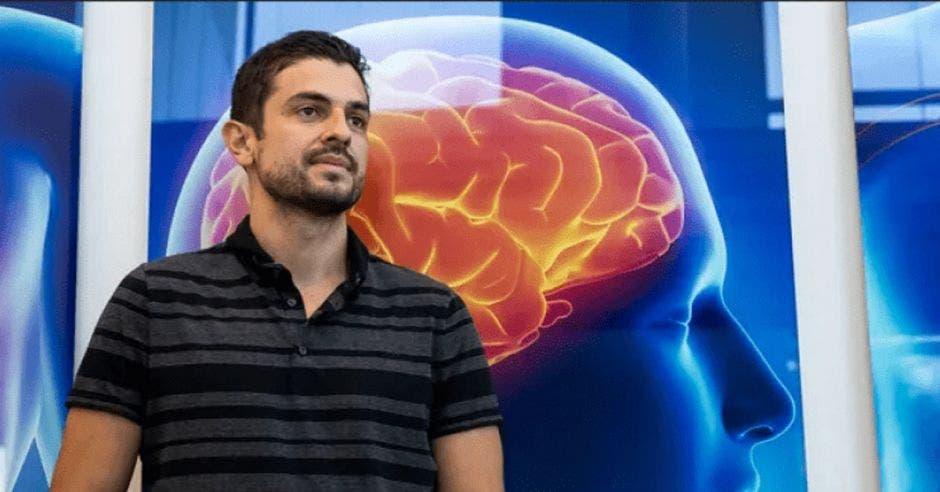 un hombre con una camisa polo a rayas sobre un fondo de un cerebro brillando