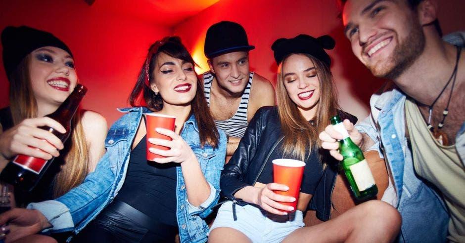 Gente disfrutando de una fiesta clandestina