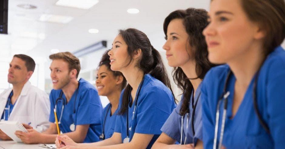 Varios estudiantes de medicina