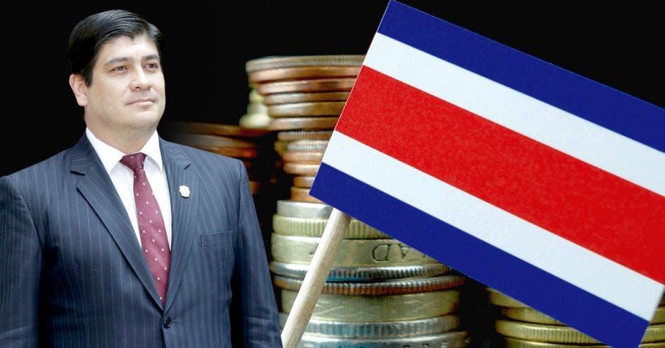 Hombre de traje frente a monedas y bandera de Costa Rica