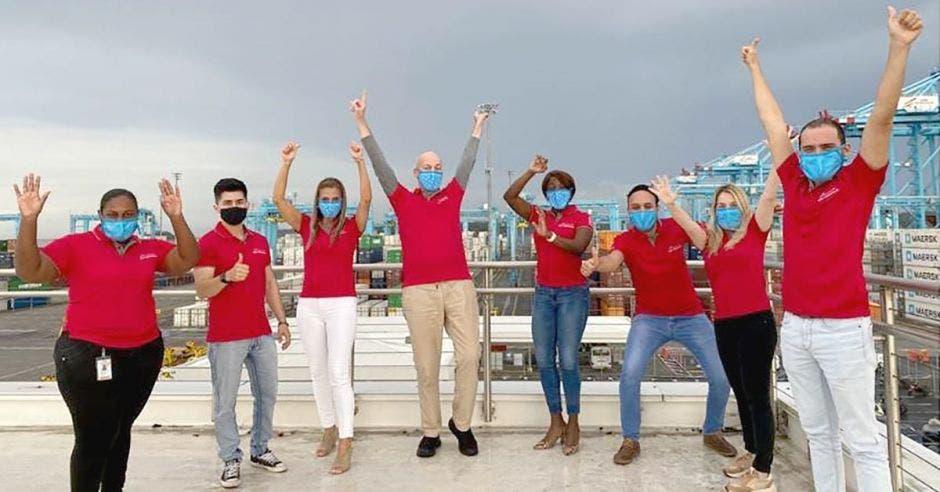 Trabajadores de AMP Terminal celebrando en la terminal de contenedores