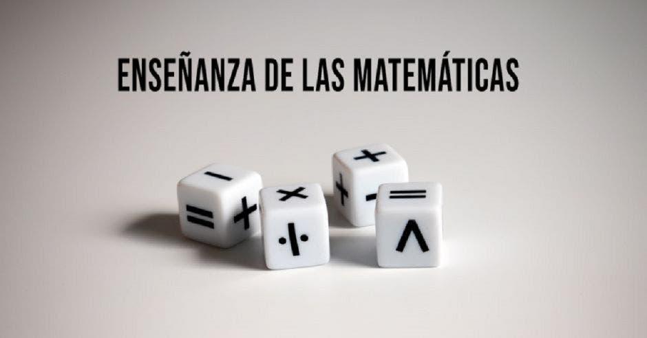 Unos dados  con símbolos matemáticos