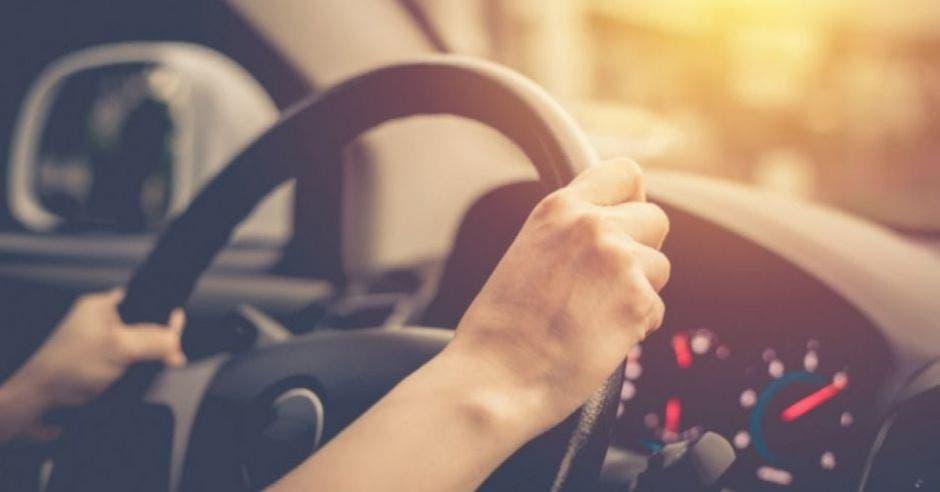 persona manejando automóvil