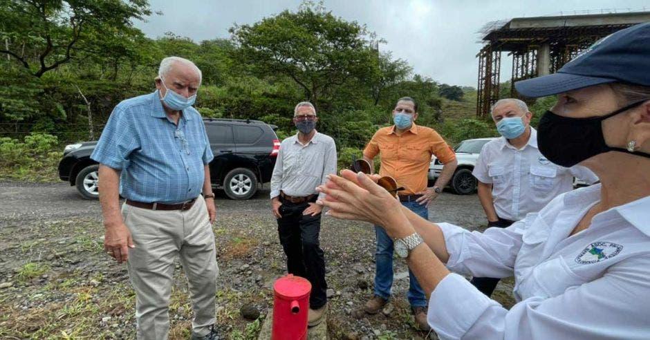 El ministro de Obras Públicas, Rodolfo Méndez, con un grupo de vecinos y representantes de la Asociación Pro Carretera