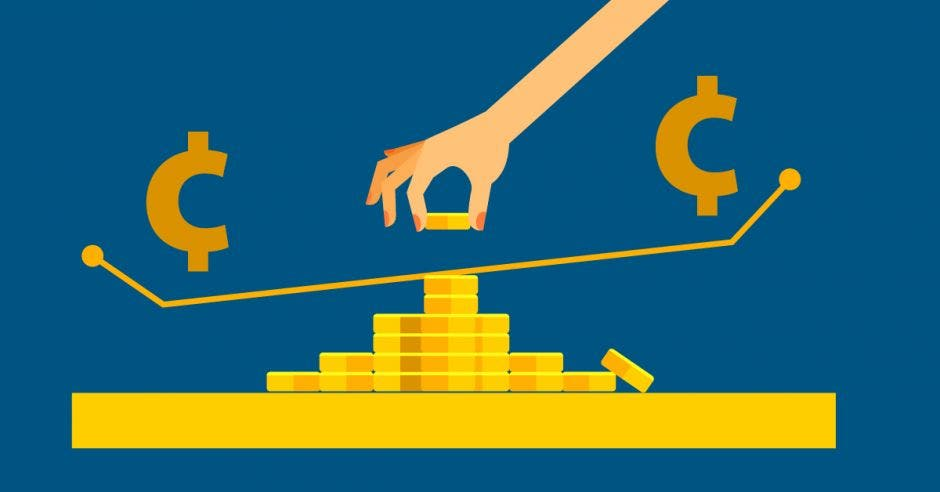 Mujer pone monedas en balanza