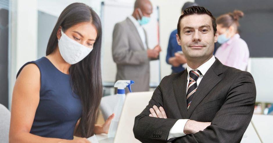 Massimo Manzi y una imagen de personas en un trabajo con mascarillas