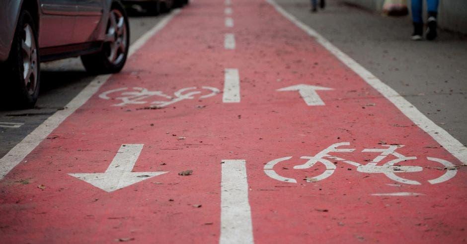 una ciclovía color rojo pintada en el pavimento