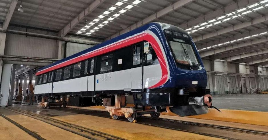 un tren en colores blanco, rojo y azul