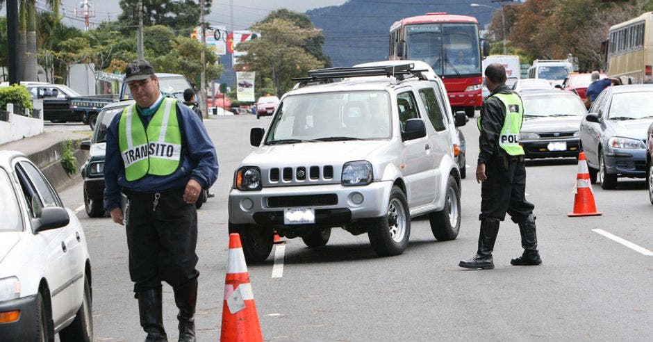 Oficiales de tránsito realizando operativos contra la restricción vehicular