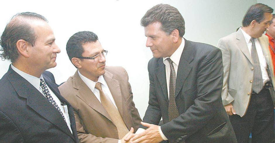Fabián Volio, abogado de la ARESEP; Carlos Montenegro, subdirector ejecutivo de la Cámara de Industrias y Carlos Roldán director ejecutivo de la Asociación de Grandes Consumidores de Energía se felicitan al escuchar la resolución del Tribunal.