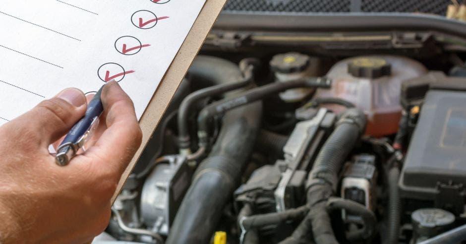 Un motor de un vehículo sometiéndose a una revisión