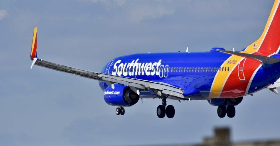 Un avión azul se prepara para aterrizar en el aeropuerto internacional de Baltimore Washington