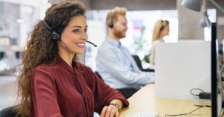 una mujer atiende una llamada en un centro de llamadas