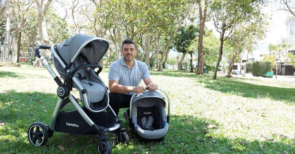 Hombre con coche de bebé
