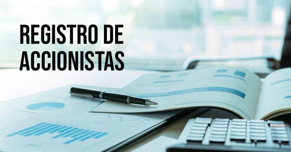 Registro de accionistas con papeles y calculadora