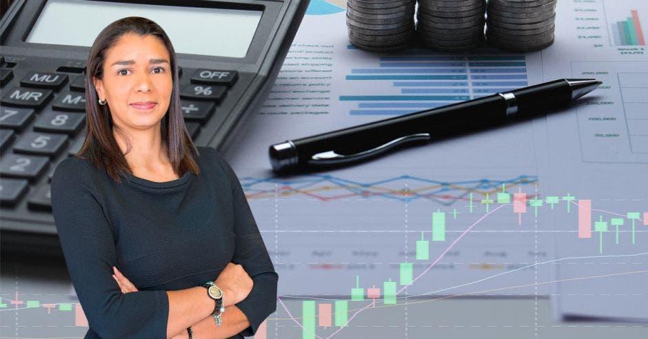 Mujer frente a bolígrafo y calculadora
