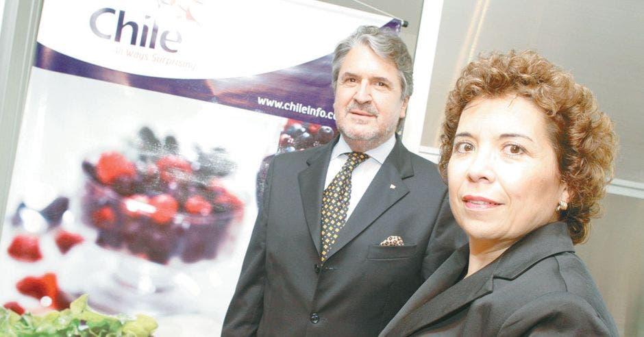 El embajador de Chile en el país, Gonzalo Mendoza, y Mariela Díaz, directora de ProChile para Centroamérica y el Caribe