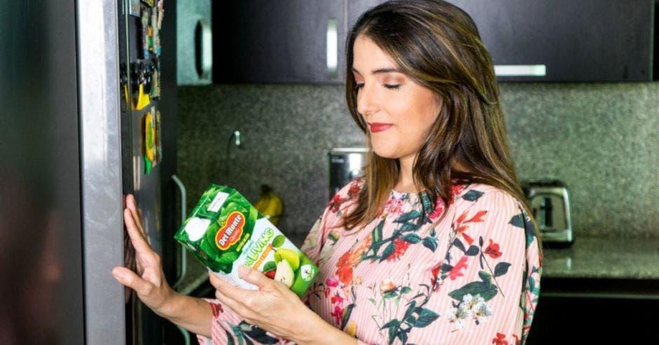 Mujer con caja de jugo
