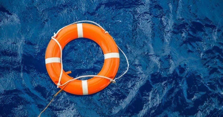 un salvavidas en mar abierto