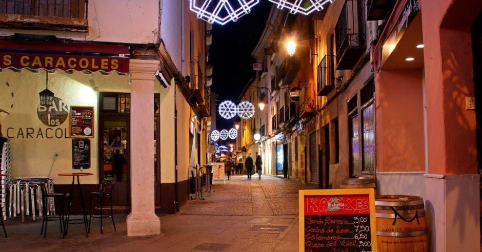 Restaurantes en la calle Boticas iluminados con adornos navideños