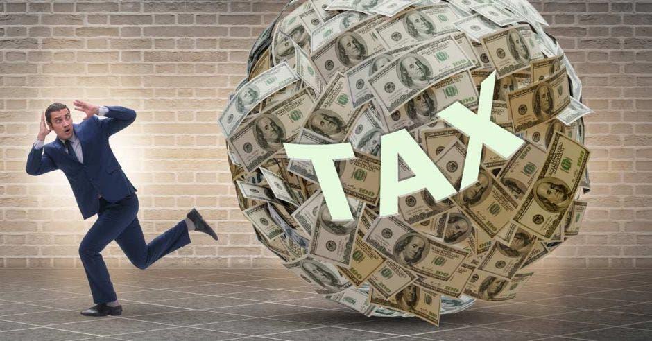 Hombre perseguido por bola gigante de dinero llamada impuesto