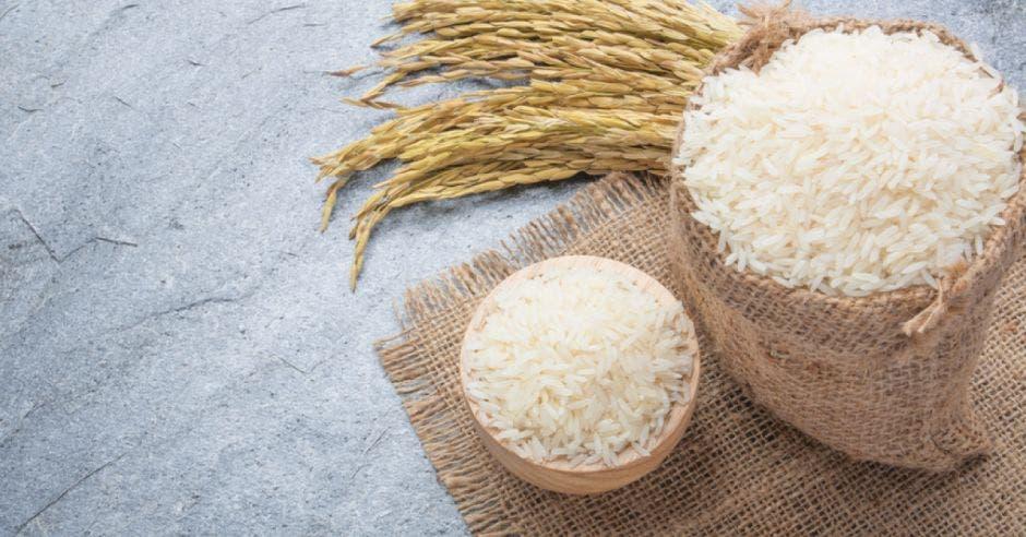 dos tazas de arroz sobre una mesa