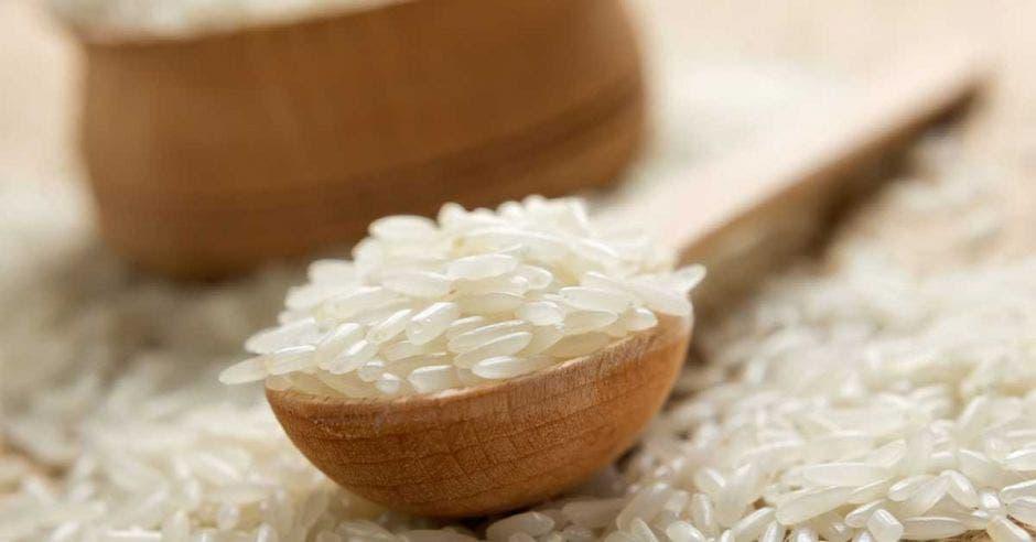 Cuchara de madera con arroz