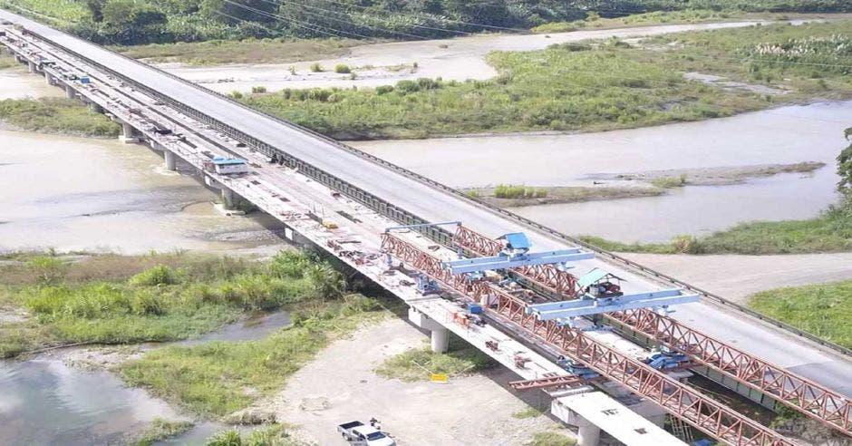 Toma aérea de construcción de uno de los puentes paralelos en la ruta 32
