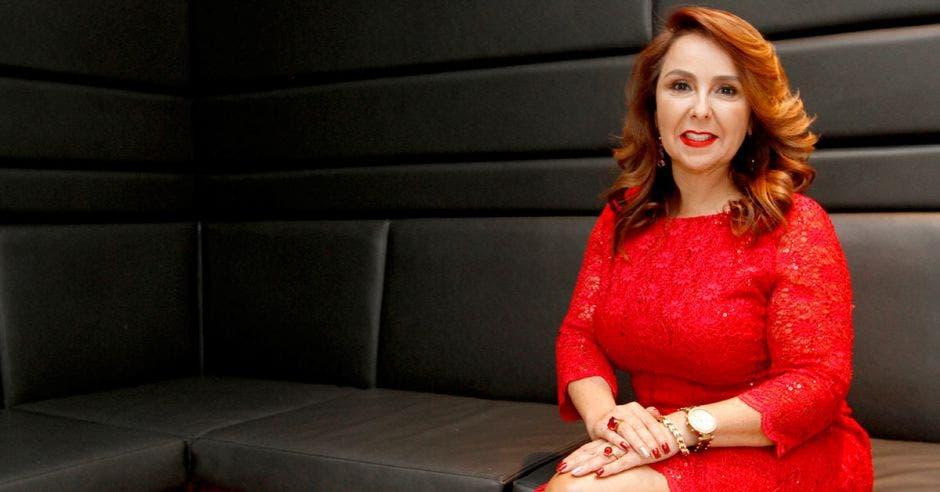 Mujer de rojo en sillón negro