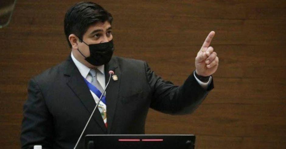 Carlos Alvarado, presidente de la República dando discurso en el plenario