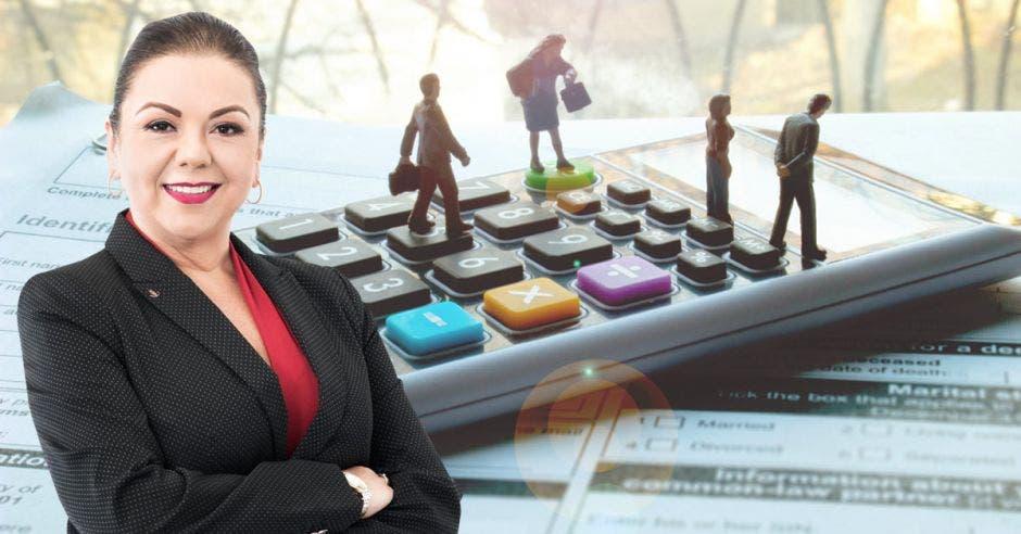 Mujer de negro frente a arte de personas sobre calculadora