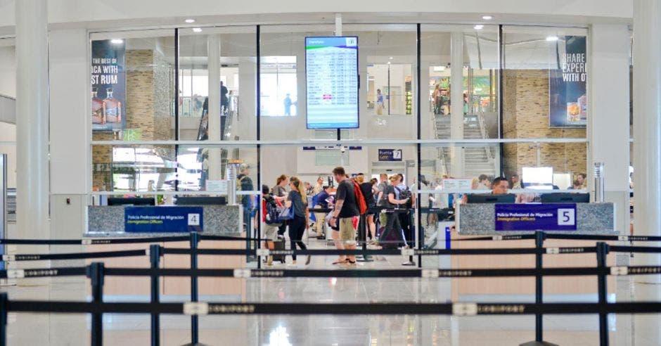 lobby de un aeropuerto con mucho tránsito de personas