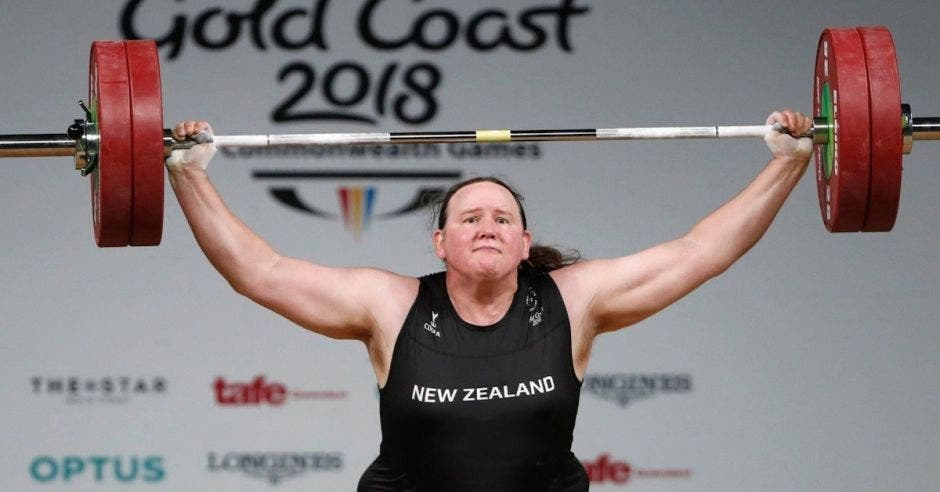 mujer levanta peso transgénero