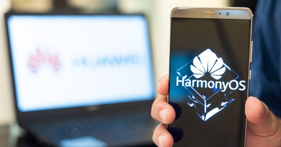 Celular Huawei con el sistema operativo HarmonyOS