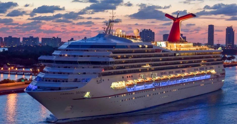 Crucero Carnival Victory navegando al amanecer en el puerto de Miami