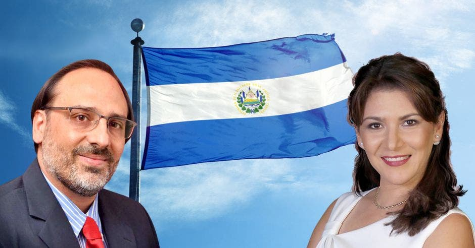 Alejandro Barahona, politólogo y relacionista internacional y Fanny Ramírez, consultora internacional en comunicación política y socia, de fondo bandera de El Salvador
