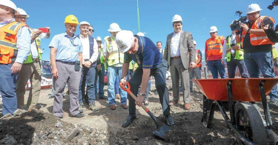El ministro Rodolfo Méndez llenando de tierra un carretillo como acto simbólico en el arranque de obras en la rotonda de las Garantías Sociales