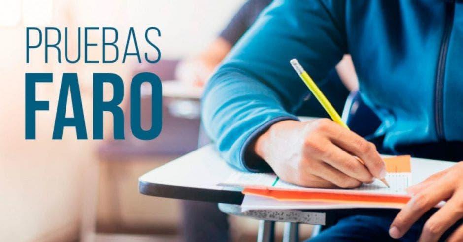 Un estudiante haciendo un examen