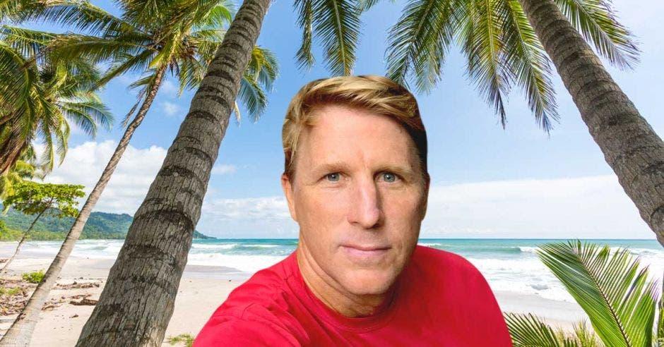 Un hombre en una playa