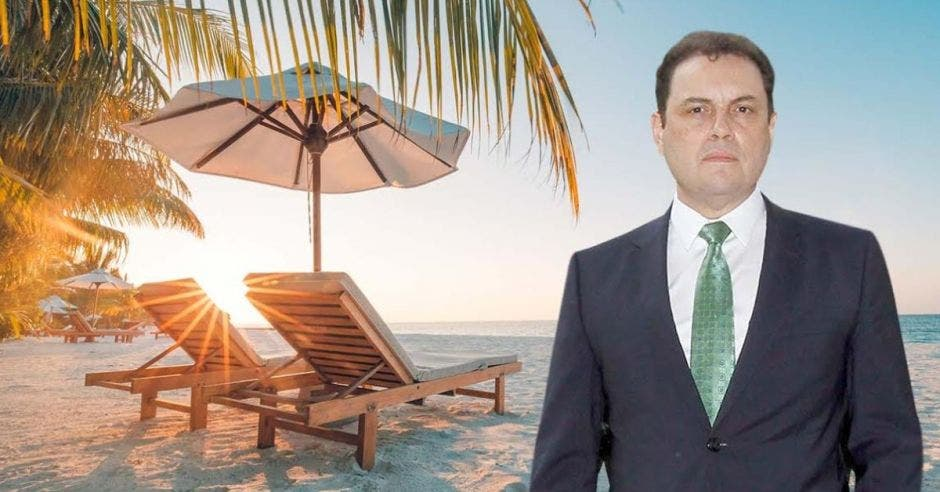 un hombre de traje azul y corbata verde sobre un fondo tropical