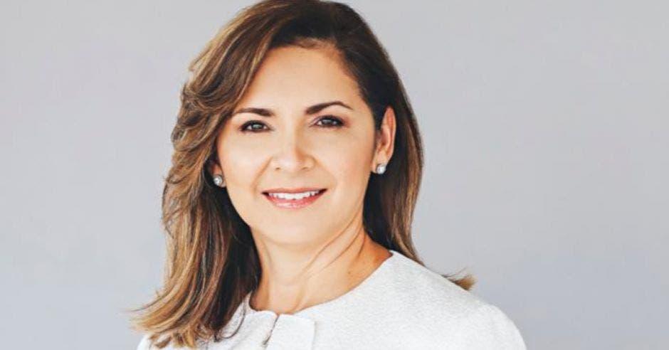 Silvia Hernández, presidenta del congreso, en un fondo blanvo