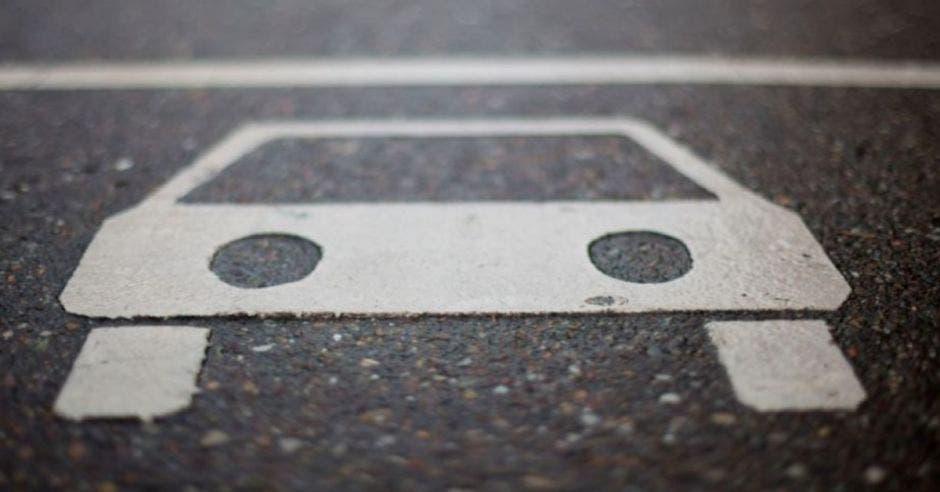 imagen de un carro pintado en el pavimento