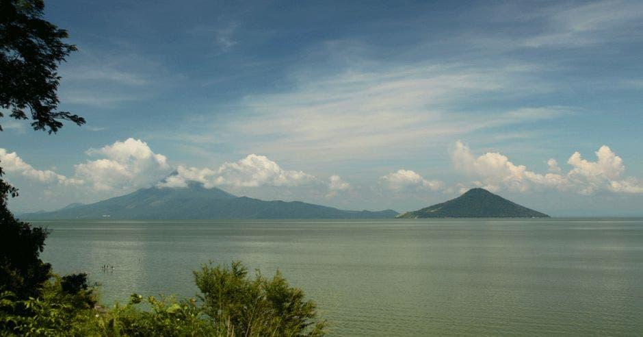 un amplio lago color verde