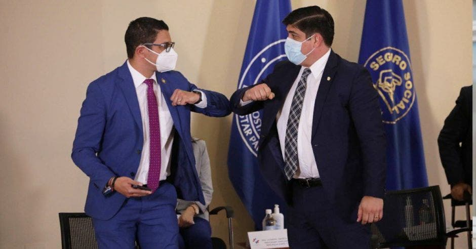 Daniel Salas, ministro de Salud y Carlos Alvarado, presidente, chocan sus codos