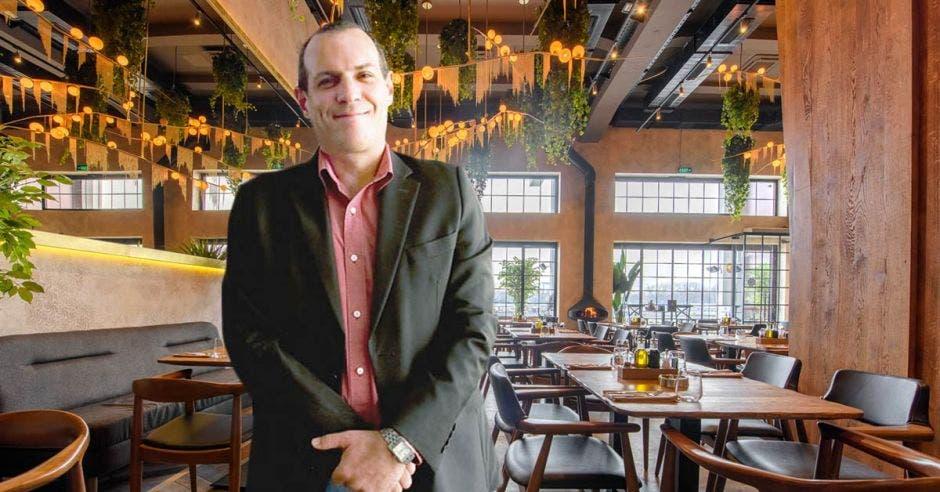 un hombre de camisa y traje sobre el fondo de un restaurante