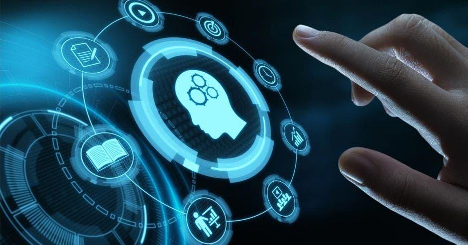 una cabeza que simboliza aprendizaje. Concepto de aprendizaje en línea. Diseños en azul sobre fondo oscuro.